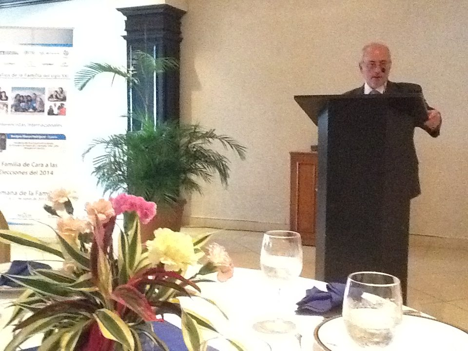 Benigno Blanco recibe el premio de la Universidad Católica Santa María la Antigua de Panamá 2