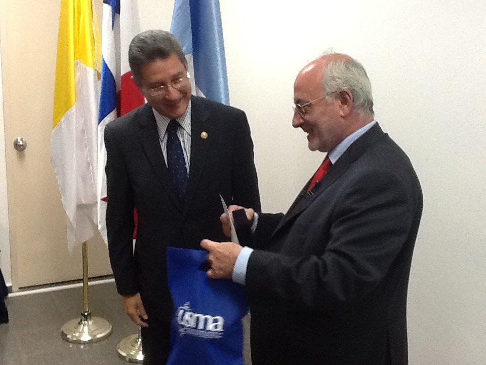 Benigno Blanco recibe el premio de la Universidad Católica Santa María la Antigua de Panamá 1