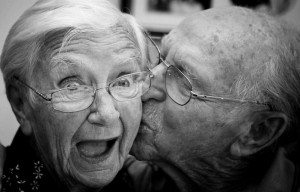 ancianos_beso